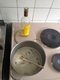 Wein und Honig aufkochen, Datteln dazugeben